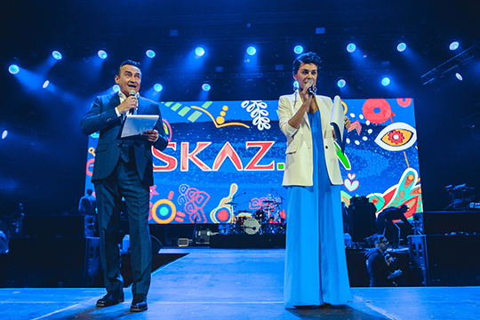 На сцену вышли ведущие вечера — актер, один из участников «Квартета И» Камиль Ларин и казанская радиоведущая Раяна Ахметзянова
