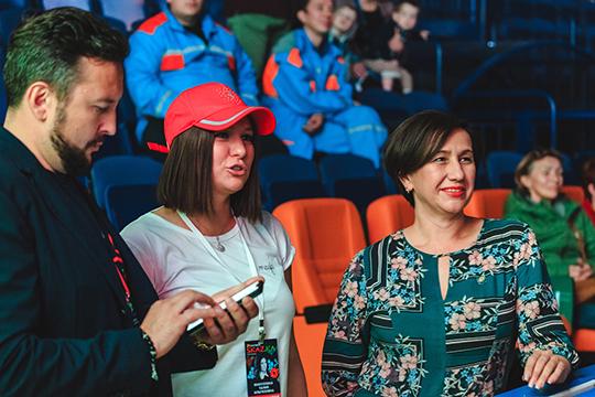 Талия Минуллина, весь фестиваль с лицом хозяйки и в красной кепке контролировавшая происходящее, была сосредоточена и решала какие-то вопросы в своём телефоне.