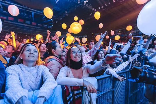 Перед выступлением «Чайфа» зрителей вновь ждал танцевальный номер, во время которого в зал пустили блестящие конфетти и белые шары
