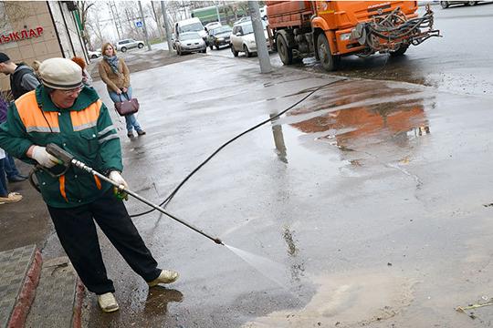 Летнее содержание начинается весной с уборки дорог и тротуаров подметально-уборочными машинами от скопившейся за зиму грязи и смета. Тогда же дороги моют специальным шампунем от следов реагента