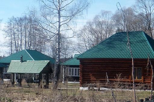 Частный владелец возвел на участке несколько капитальных гостевых коттеджей якобы для приезжающих в монастырь паломников