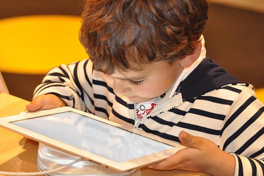 «Вынужденная поза во время учебы, использование гаджетов и компьютеров, а также травмы шеи (в том числе родовые) могут приводить к ухудшению зрения у ребенка»