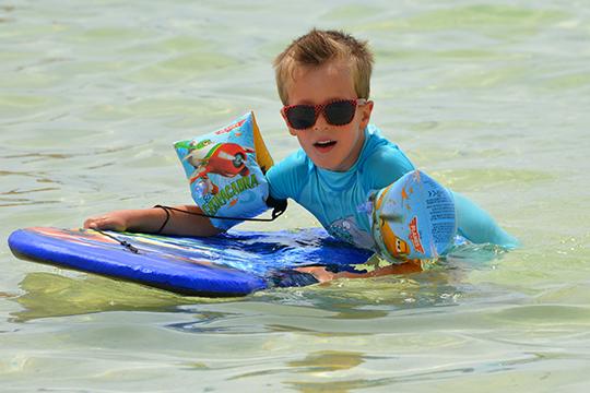 «Летом и на отдыхе используйте для ребенка правильные солнцезащитные очки. Хрусталик ребенка пропускает больше ультрафиолета, потому что еще до конца не сформировался»