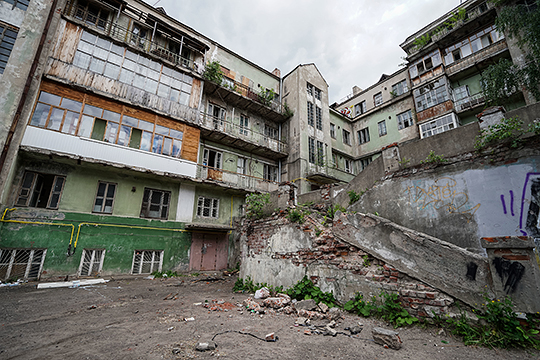 Расселение Мергасовского дома — памятника в стиле конструктивизма на Черном озере — с перспективами его последующего восстановления продолжает тормозить «квартирный вопрос»