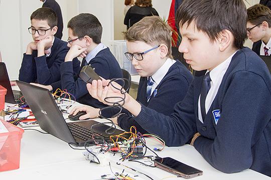 «Цифровые технологии— только часть проекта, в реальности же речь идёт о трансформации самого процесса обучения, которая подразумевает натаскивание детей на узкоспециализированные навыки»