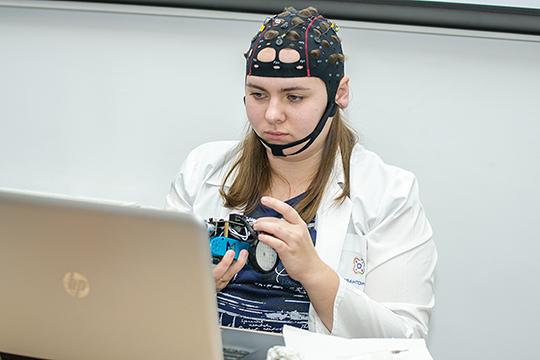 «Сначала опускают обучение до уровня плинтуса, а потом предлагают использовать «шлемофоны» с целью шевелить какие-то мозговые клетки у детей, чтобы они лучше соображали!»