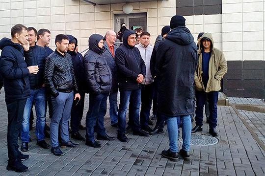 Не получив опредленного ответа, таксисты наперебой начали делиться своей болью. Например, в последнее время «Яндекс-Такси» регулярно подсаживает в машины «тайных покупателей»
