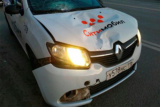Очередной инцидент сучастием такси«Ситимобил»произошел вКазани сегодня утром— водитель автомобиля Renault Logan насмерть сбил напешеходном переходе пожилую женщину