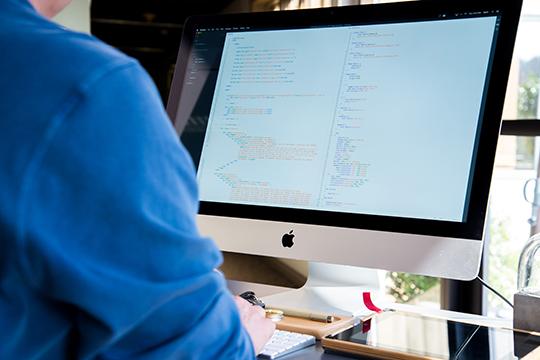 «Параллельно с учебой я работал программистом, одновременно брал заказы на фриланс, получал онлайн-сертификаты на знание разных языков программирования. В какой-то момент я перешел на фриланс полностью»