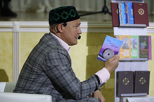 Уже будучи руководителем татарской национально-культурной автономии столицы и замглавы совета муфтиев России, Фарисов написал и издал 16 историко-культурных работ на русском и татарском языках