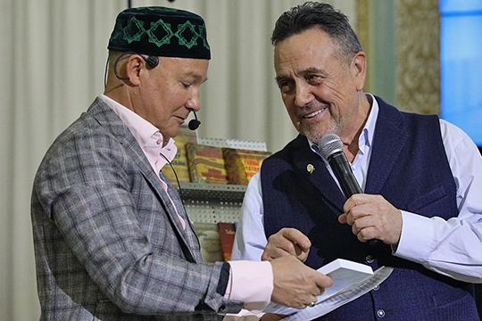 В ходе вечера Фарисов размышлял о месте татар в мире, о политике, об искусстве