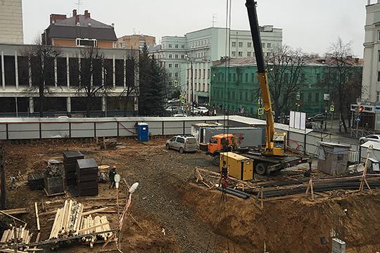 Активная стройка нового дома развернулась на углу Маяковского и Бутлерова на месте, где раньше находился ДК Медработников