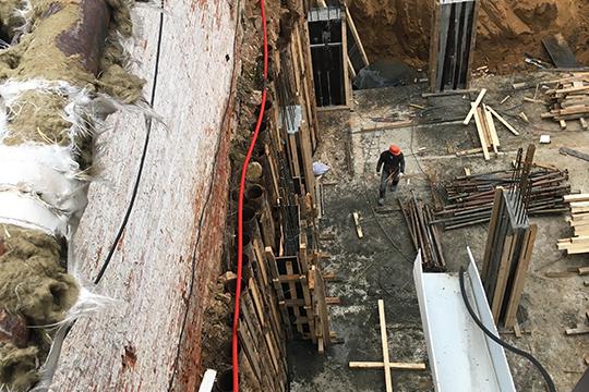 О том, что котлован глубиной 3 метра, вырытый на расстоянии 0,8 м от наружной стены здания пристроя, создает угрозу его обрушения, также свидетельствует заключение эксперта