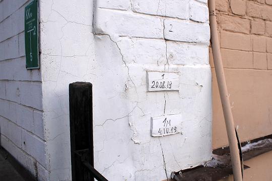 «На стену прикрепляется кусок гипса, ставится дата, когда установлен этот маячок, и если объект разрушается, происходит растрескивание стены, то гипс как очень хрупкий материал трескается в первую очередь, и сразу видно, что образуются трещины»