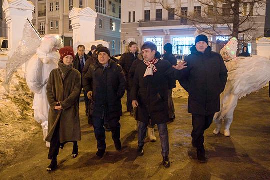 Президент Татарстана Рустам Минниханов вчера вечером оценил новогоднее оформление в Казани, причем не только в центре города, как год назад, но и в отдаленной части Приволжского района