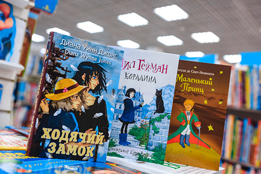 «Маленький принц» впервые был опубликован еще в 1943 году, став главным произведением писателя. И эта аллегорическая повесть сказка по-прежнему актуальна