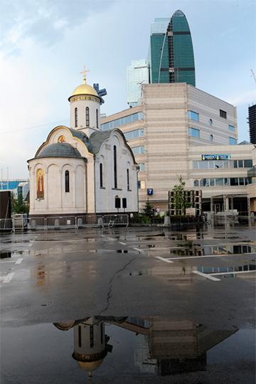 «Есть два сегмента, составляющие приход храма преподобного Серафима: живущие окрест или приезжающие в район Москвы-сити по субботам-воскресеньям, а также работающие поблизости, в том числе в «башнях». Если двунадесятые или другие великие церковные праздники приходятся на будни, мы для них — ближайшая точка, куда они могут успеть до или после работы. Эти два сегмента только отчасти пересекаются друг с другом, а по большей части существуют параллельно»
