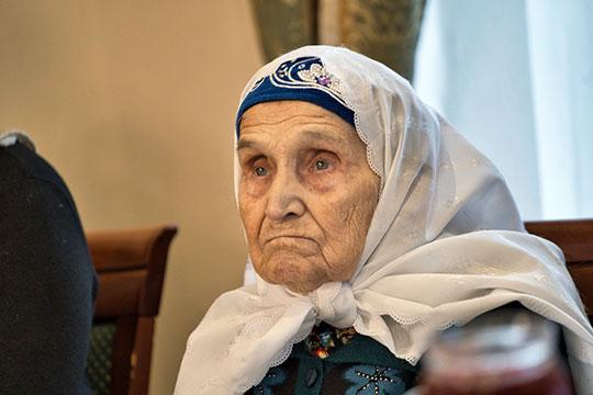 Главным почетным участником ел ашы, да и самой пожилой среди всех, была, несомненно, родная сестра Шакирова, 90-летняя Зайнап Гараева