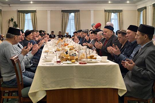 Накануне исполнился год со дня смерти главного татарского певца всех времен и народов. Татгосфилармония по такому случаю устроила в старейшей мечети Казани «ел ашы»