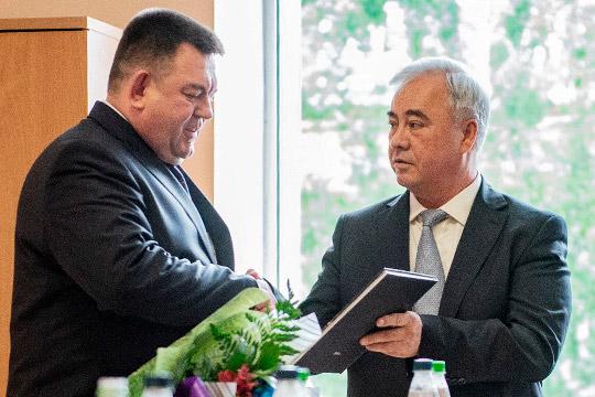 В последний раз на публике Фаниса Мусина видели в мае 2019 года, когда коллективу Вахитовского суда представили нового председателя Газиза Гисметдинова. Экс-руководитель подарил сменщику книгу об истории суда