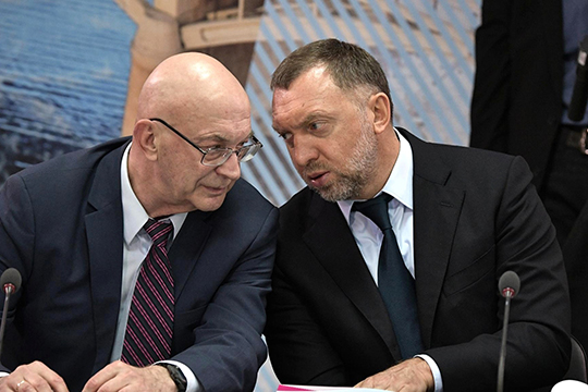 Известно, что два новых резидента на острове Октябрьский связаны с Олегом Дерипаской (справа)