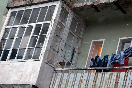 Шакиров в 2018 году обвинялся в том, что подписал распоряжение, благодаря которому признанный аварийным дом перестал считаться таковым