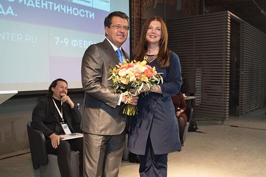 Вручив Балтусовой букет цветов по случаю ее дня рождения, Ильсур Метшин выразил радость по поводу того, что Казань дошла до обсуждения таких проблем, как идентичность и нематериальное наследие