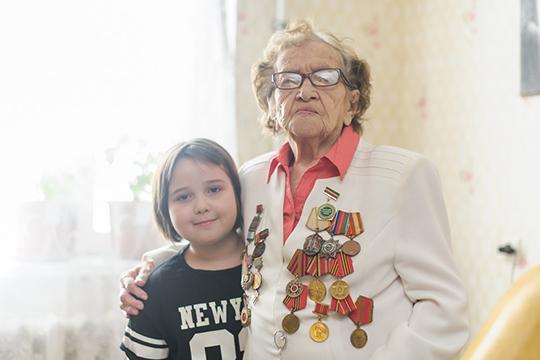 Гульсабира Хакимова: «Детство — это красивое и легкое время, несмотря на то, что жизнь тогда была очень тяжелая. Мы, как и все дети, играли, пели, танцевали. Но просматриваю я свои фотографии редко»
