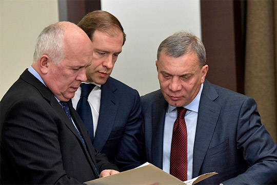 О желании создать союзКАМАЗа и«Соллерса»уже заявили на уровне правительства — ответственному за отрасль вице-премьеру Юрию Борисову (справа) и министру промышленности и торговли Денису Мантурову (в центре)