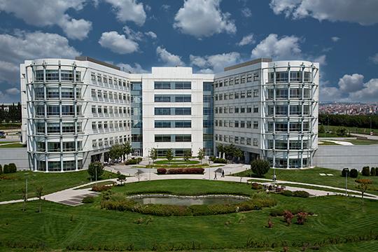 Самый удобный вариант размещения вне клиники — отель «Титаник», который находится прямо на территории кампуса «Анадолу». Он спроектирован с участием специалистов международной сети отелей специально для нужд онкопациентов
