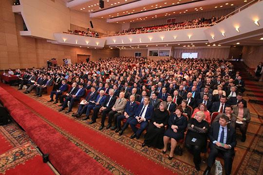 В полном зале ДК «Нефтьче» Альметьевска Нагуманов смело говорил о проблемах района и города, критично формулировал недоработки, а перечисления достижений делегировал видеороликам
