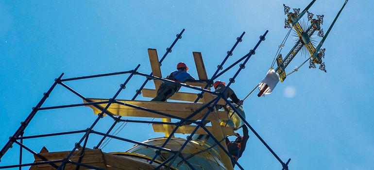 Над собором иконы Казанской Божией матери— синие купола изолотые кресты