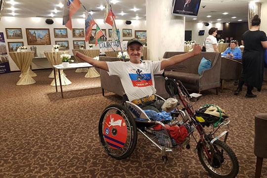 Алексей Костюченкоинвалид I группы, у которого нет ног и кистей рук, на хендбайке пересек всю Россию и чувствует себя очень счастливым