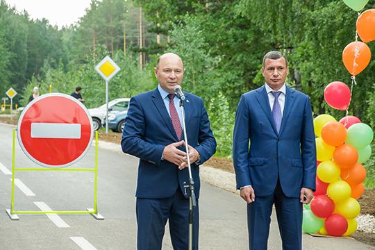 Сприходом нового главы района Фаила Камаева (слева) начались положительные изменения: ремонтируются дороги, местами заводят водопровод, нозанесколько месяцев такие вопросы нерешишь