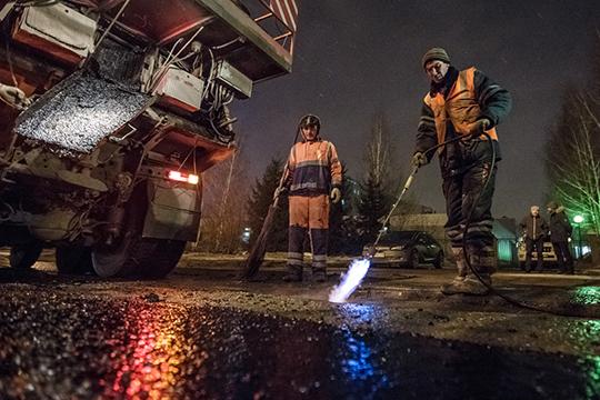Дорожники уже перешли накруглосуточный режим дежурства, адонаступления холодов иснегопадов провели ямочный ремонт наплощади 183тыс.кв. метров