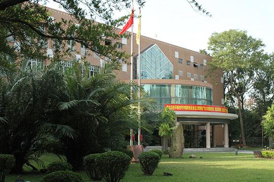 Один излучших вузов гуманитарной направленности наюге страны— Гуандунский университет иностранных языков ивнешней торговли, основанный всего 54 года назад