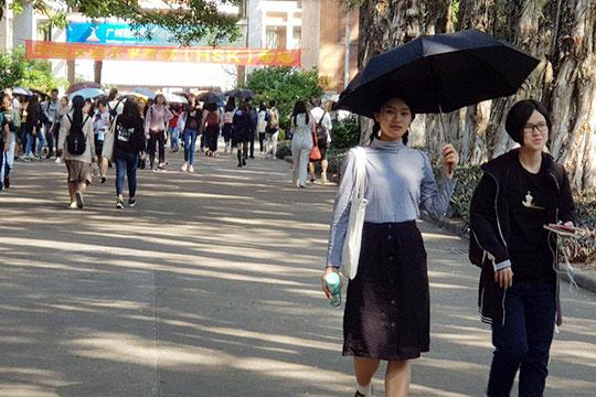 Здесь учатся 20 тысяч студентов, причем кажется, что сплошные девочки. Наулице каждая третья прячется отсолнца под зонтиком