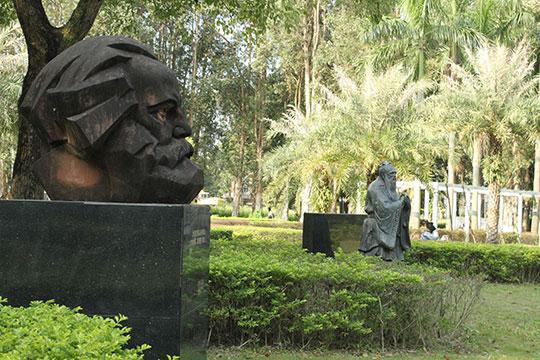 Кроме учебных зданий иобщежитий вкампусе большой парк сречкой идесятками скульптур, изображающих великих писателей иученых разных народов