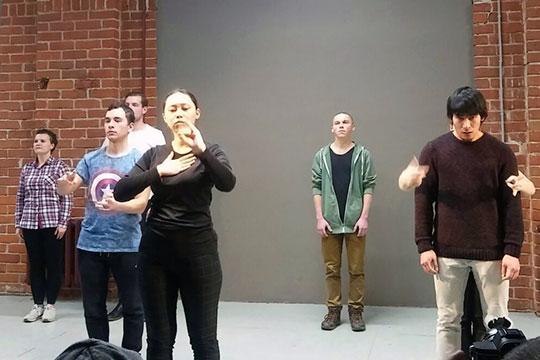 Сам спектакль состоит из звуков и слов, которые зритель не понимает, из жестов языка глухонемых, музыки Эльмира Низамова и пения хора
