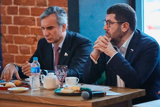 БорисМенделевич:«Я хорошо знаю главу Башкортостана Радия Хабирова.Этот человек знает иочень любит Татарстан, иначе как «брат-татарин» онменя неназывал»