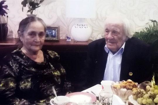 С супругой Саярой Зариповой