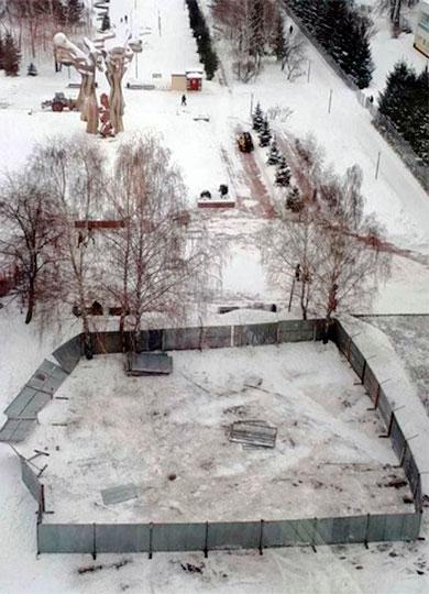 Забор, огораживающий участок площадью 364 кв.м., напомним, был установлен позавчера ивызвал вопросы горожан уже хотябы потому, что настроительном ограждении непоявилось никаких информационных табличек