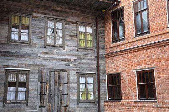 Флигель, в котором родился Шаляпин, несохранился. Но инвесторы сделали фальшфасад деревянного дома издосок сразобранных домов Вологодской области, возраст которых свыше ста лет