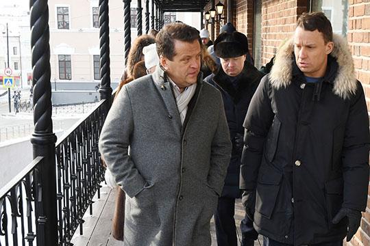 Ильсур Метшин решил лично посетить один извосстанавливаемых объектов— здание лавок купцаАндрея Курманаеванаперекрестке ул.Профсоюзная иЧернышевского