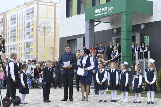 Впрошлом году в47 микрорайоне открыли первую построенную за17 лет школу идетскийсад. Кслову, учебное заведение необычное, здесь внедряют систему под названием «школа без отстающих»