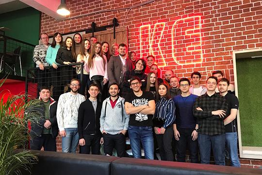 «Большая команда разработчиков— 16 человек, плюс дизайнеры. Они находятся вИннополисе.Вторая часть команды работает «наземле»— склады, логистика, пункт выдачи»