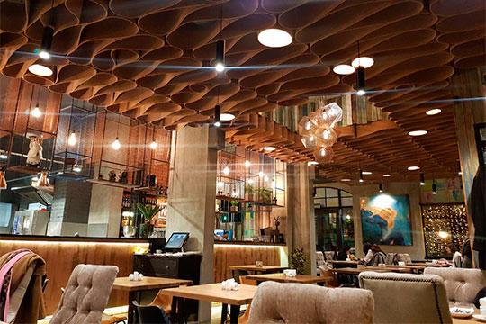 Внутри все очень симпатично, современно иуютно. Интерьер складывается изразных цветов ифактур: потолок выложен мягкими воланами, изкоторых выглядывает дизайнерская многоугольная люстра