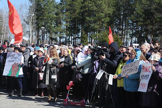 Митингующие держали вруках плакаты слозунгами «Хватит воровать!», «Фанис, урларга тукта!», «Воры должны сидеть втюрьме», «Хватит врать иворовать»