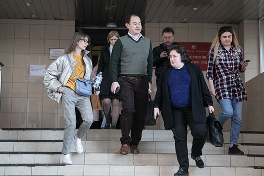 После завершения допроса суд объявил десятиминутный перерыв, а Пак покинул здание Пресненского суда Москвы