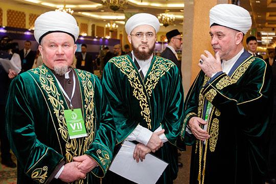 Мансур Джалялетдин (справа) покидаетпост заместителя муфтия РТпоработе смухтасибами (на фото сДжалилем Фазлыевым (слева) и Камилем Самигуллиным (в центре)